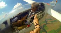 10-foto-selfie-yang-berbahaya-dan-paling-ekstrim-di-dunia-Selfie-Di-Dalam-Pesawat