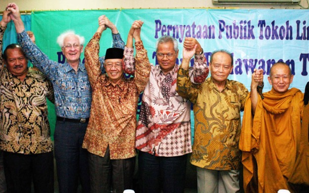 Ketua Mahkamah Konstitusi, Mahfud Md (kanan), menyalami anggota Komisi Yudisial, Jaja Ahmaad Jaayus, disaksikan Ketua KY, Eman Suparman ( 2 kanan), dan Wakil Ketua KY, Iman Anshory ( 2 kiri), saat pertemuan di Kantor MK, Jakarta, Senin ( 10/1).