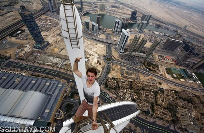 dont-look-down-the-snapper-takes-a-photo-across-dubai-at-the-top-of-the-princess-tower
