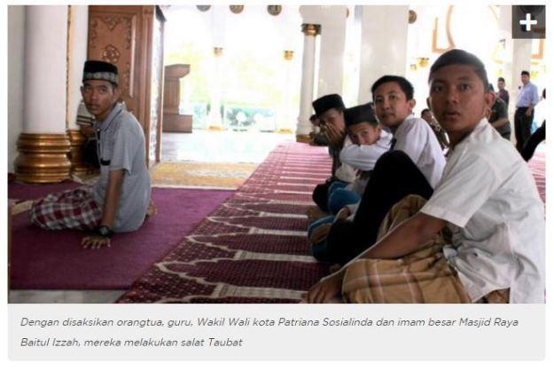 abg-alay-guyonan-sholat-di-jalanan-asal-kota-bengkulu-lakukan-sholat-taubat-tahun-2016-di-masjid-baitul-izzah