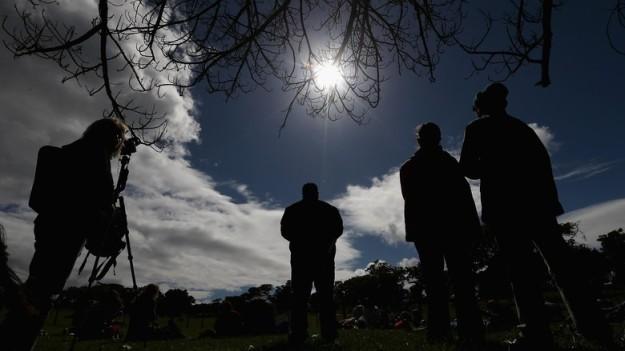cara aman melihat gerhana matahari