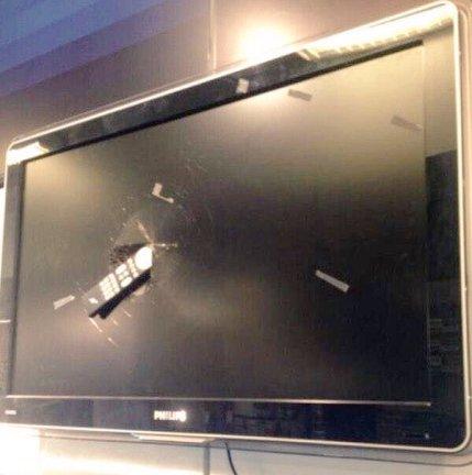 Fans Arsenal hancukan televisi